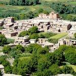 La situation de La casbah du M'goun dans un village calme et dans une vallée verdoyante ; ait bo