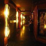 Le couloir joignant espace bar lounge et la salle de restaurant.