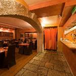 Salle du restaurant et cuisine ouverte