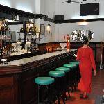 Le Bar et la Serveuse