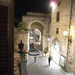 ホテルの窓から、ゲート門の向こうはサンタキアーラ