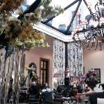 Die modene Bar in einem der Innenhöfe. Typische Blumendeko vom Four Seasons.