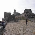 バスを降りてすぐに見えてくるサン・ピエトロ教会と城