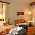 Os quartos são amplos, confortáveis e elegantes.