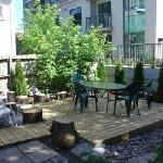 Barefoot Hostel (Ottawa) patio