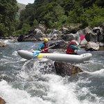 Canoe gonflable ou canoraft dans le passage de la Charlotte sur la Nive