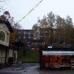 早朝散歩、上に見える建物が ホテル・アストリア