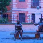 Afuera de la casa de Cervantes, un par de necios...