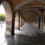 ヴォージュ広場。アトリエや画廊が並ぶ。
