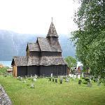 église en bois debout, sur la rive en face