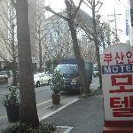正面左にあるのが釜山駅