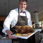Restaurantchef Schumann tranchiert die Gans persönlich