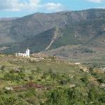 Vista de la villa desde una ruta por el monte muy chula