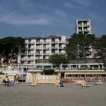 Blick vom Strand auf das Hotel (Zimmer sind nur im linken Bau - nicht im Hochhaus)