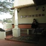La petite terrasse qui précède la salle
