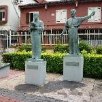 ザビエルとヤジローの銅像