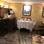 レストランは清潔。装飾にアンリカルチェブレッソンの写真あり