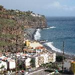 Vue de la ville sur l'hotel, au fond sur la falaise