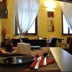 la bella sala colazione, di stile e con una bella vista sul castello