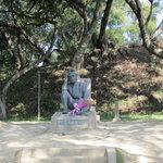 八田與一技師像の前にはいつも花が捧げられています