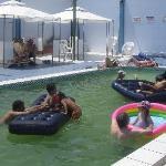 disfrutando la piscina