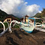 L'hotel vu depuis la plage avec les bateaux de pêcheur