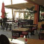 プールサイドとカバナのオープンエア・テーブル