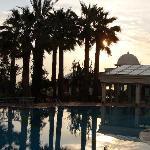 Pool und im Hintergrund Schwimmhalle