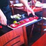 Guacamol am Tisch zubereitet