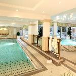 Hauseigene Therme mit Schwimmbecken und Hot-Whirlpool