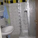 Bagno privato con a parte la doccia e il lavabo