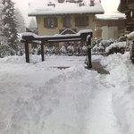 La piscine fermée avec la neige autour