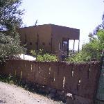Camino interior con muro de adobe