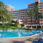 l'hotel (vue du jardin et piscines)