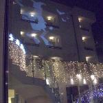 facciata dell'hotel con gigantografia luminosa in occasione del 6 gennaio