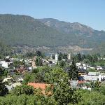 Vista de la ciudad desde el living de una de las cabañas