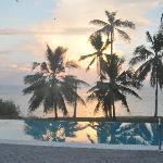 Blick von der Terasse über den Pool ins Meer