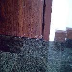 dreckige Tür & Spalt zum Flur