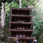 周囲の山にとけ込んだ五重塔