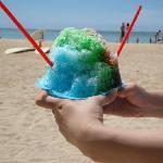 カキ氷を食べながらビーチを満喫。