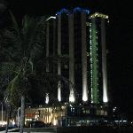 Vista nocturna de la playa al pie del hotel