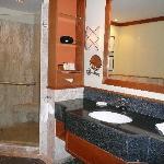 salle de bain ouvrant sur la chambre