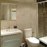 La salle de bain et ses rangement hyper pratique en partant a plusieurs!