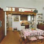 spaziosa cucina con zona pranzo