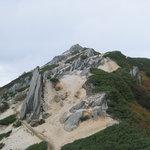 巨石のオブジェが林立する燕岳山頂付近