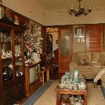 Overal antiek, ook in zitkamer en eetkamer
