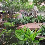 jardin d'eau à l'entrée de l'hotel à coté du resto du bas