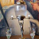 la fontana per l'assenzio con i bicchieri
