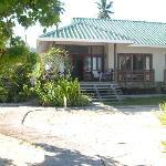 bungalow gezien vanuit de tuin/strand