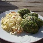 Canederli agli spinaci e burro con contorno di crauti e spek